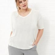 Das lässige Shirt überzeugt in einer leicht transparenten Strickoptik und trägt sich dabei angenehm leicht.