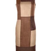 Dieses Kleid in gerader Form zeigt sich dank des Wildlederimitats im Colourblocking-Stil in einzigartiger Optik. Das Rückenteil ist in uni gefertigt. Mit Nahtreißverschluss an der Seite.