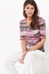 Das Shirt mit wunderschönem Dessin und Ausbrennerstruktur fügt sich wunderbar in die Frühlingsgarderobe.