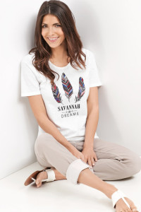 Bunte Federn und ein markanter Schriftzug lenken die Blicke auf das Shirt aus reiner Baumwolle.