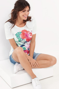 Erstrahlt in frischen Sommerfarben: 1/2 Arm Shirt aus elastischer Baumwolle mit prächtigen Blüten auf dem Vorderteil.