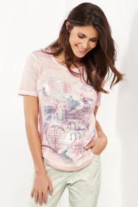 Transparente Pailletten geben dem bedruckten Shirt eine faszinierende Leuchtkraft.