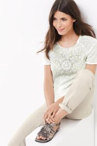 Ausdrucksstark und feminin! Das Shirt mit Materialpatch und feiner Applikation macht Lust auf den Sommer.