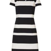 Die figurbetonte Silhouette verleiht dem gestreiften Kleid eine gewisse Eleganz.