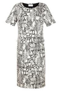 Besonders aufregend wirkt dieses Kleid dank der 2-in-1 Optik. Die leicht ausgestellte Form sorgt für eine super Passform und die elastische Qualität fühlt sich einfach toll an.