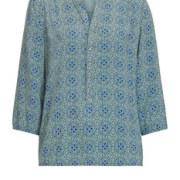 Das Kettenband um den Ausschnitt gibt dieser Bluse einen modisch edlen Schliff.