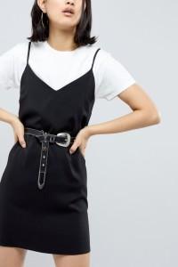 ASOS - Boyfriend-Jeans im Westernstil mit Gürtel und Kugel- und Nietenverzierung - Schwarz - Farbe:Schwarz