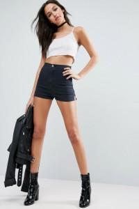 ASOS - Kitty Knicker - Jeansshorts in verwaschenem Schwarz - Schwarz - Farbe:Schwarz