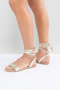 ASOS - FIOLA - Flache Sandalen mit Schnürung - Gold - Farbe:Gold