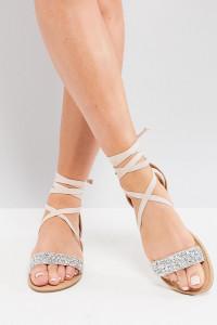 ASOS - FI - Flache Sandalen mit Verzierung in weiter Passform - Beige - Farbe:Beige