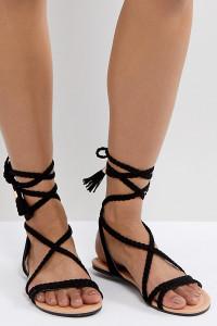 ASOS - FAYLA - Flache Sandalen mit geflochtenen Knöchelbändern - Schwarz - Farbe:Schwarz