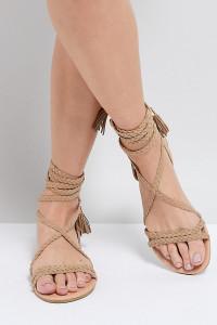ASOS - FAYLA - Flache Sandalen mit geflochtenen Knöchelbändern - Beige - Farbe:Beige