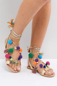 ASOS - FACEMASK - Flache Sandalen mit Bommel und breiter Passform - Gold - Farbe:Gold
