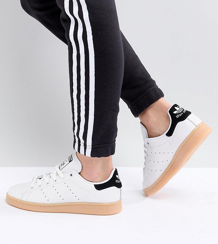 los angeles 4b50a a42f6 adidas Originals – Stan Smith – Sneaker in gebrochenem Weiß mit Gummisohle  – Grau