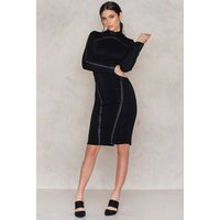 The Koemi dress by Aéryne for NA-KD features a rounded neck