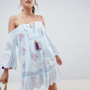 South Beach – Bedrucktes Crinkle-Strandkleid mit Schulteraussparungen und Bommelborte an den Ärmeln – Blau
