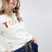Tommy Hilfiger - Strickpullover mit Regenbogen-Logo in Lackoptik - Weiß - Farbe:Weiß