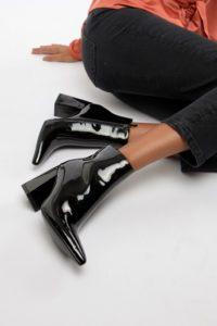 ASOS - EVONNA - Ankle-Boots mit Absatz und Schnürung - Schwarz - Farbe:Schwarz