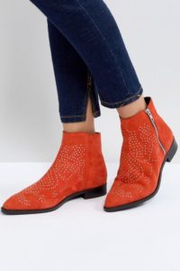 ASOS - AUTO PILOT - Wildleder-Ankle-Boots mit Nieten - Rot - Farbe:Rot