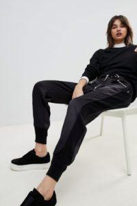 HUGO - Zugeschnittene Jogginghose mit Bindegürtel mit Logo - Schwarz - Farbe:Schwarz