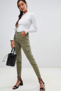 Miss Selfridge - Cargo-Hose mit nützlichen Taschen in Khaki - Grün - Farbe:Grün