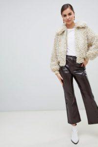 Monki - Ausgestellte Hose in brauner Lackoptik - Braun - Farbe:Braun