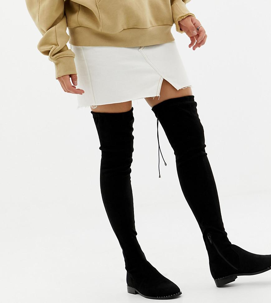 546ddabac0a2e0 ASOS DESIGN – Kaska – Flache Overknee-Stiefel mit Nieten in weiter Passform  – Schwarz