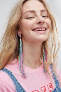 ASOS - Auffällige Ohrringe mit Schmucksteinen und bunten Quasten - Gold - Farbe:Gold