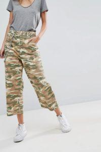 ASOS - Kurz geschnittene Skater-Jeans in Military-Muster - Grün - Farbe:Grün