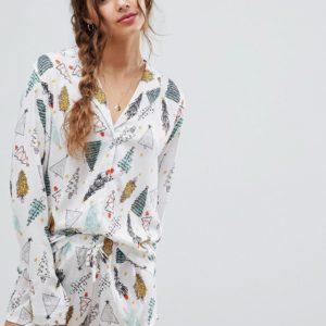 ASOS DESIGN – Traditionaler Pyjama mit T-Shirt und Shorts mit Weihnachtsbaum-Motiv, 100% Modal – Weiß
