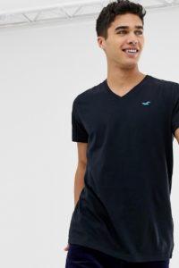 Hollister - Core - T-Shirt mit V-Ausschnitt und Möwenlogo in Schwarz - Schwarz - Farbe:Schwarz
