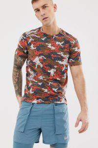 Nike Running - Rotes Retro-T-Shirt mit Military-Muster - Rot - Farbe:Rot