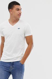 Hollister - Core - T-Shirt mit V-Ausschnitt und Möwenlogo in Weiß - Weiß - Farbe:Weiß