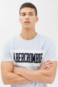 Abercrombie & Fitch - Hellblaues T-Shirt mit Logobahn an der Brust - Blau - Farbe:Blau