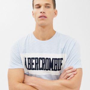 Abercrombie & Fitch – Hellblaues T-Shirt mit Logobahn an der Brust – Blau