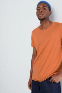 Weekday - T-Shirt in dunklem Orange mit ausgefranstem Saum - Orange - Farbe:Orange