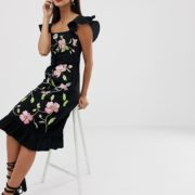 ASOS DESIGN - Midikleid mit eckigem Ausschnitt und Blumenstickerei - Schwarz - Farbe:Schwarz