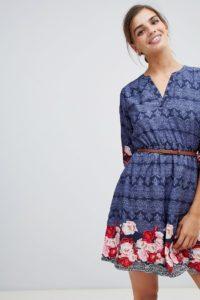 Yumi - Kleid mit Gürtel und 3/4-Ärmeln mit Rosendruck am Saum - Navy - Farbe:Navy