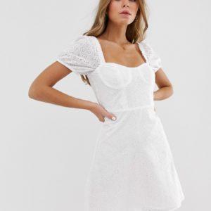 Pull&Bear – Weißes Minikleid mit herzförmigem Ausschnitt und Lochstickerei – Weiß