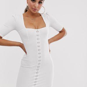 PrettyLittleThing – Figurbetontes Kleid in Weiß mit Hakenverschluss-Detail – Weiß