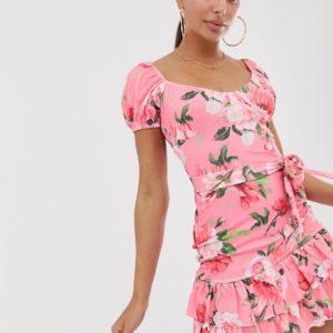 PrettyLittleThing – Figurbetontes, rosa geblümtes Kleid mit Puffärmeln und Rüschensaum – Mehrfarbig