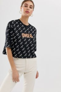 "ASOS DESIGN - Monogram - Kurzes T-Shirt mit ""unreal"