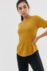 Nike Running - Miler - T-Shirt mit Farbblockdesign in Gold und Rosa - Gold - Farbe:Gold