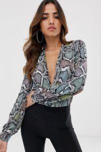 Flounce London - Bodysuit mit Tanga und tiefem Ausschnitt in bunter Schlangenhautoptik - Mehrfarbig - Farbe:Mehrfarbig
