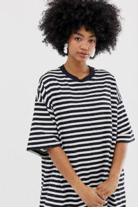 Weekday - Besonders groß geschnittenes T-Shirt-Kleid in Marine und Weiß gestreift - Mehrfarbig - Farbe:Mehrfarbig