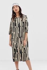 Monki - Beiges Oversize-Kleid aus Jersey mit Rundhalsausschnitt und Print - Beige - Farbe:Beige