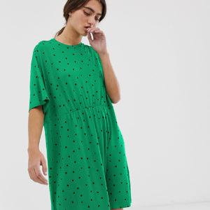 Monki – Triangel-Minihängerkleid in Grün mit Punkten bedruckt – Grün