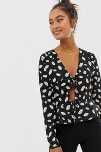 Wednesday's Girl - Vorne gebundene Bluse mit abstraktem Muster - Schwarz - Farbe:Schwarz
