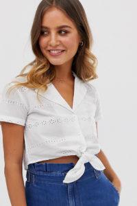 Wednesday's Girl - Kurze Bluse mit Bindeband und Lochstickerei - Weiß - Farbe:Weiß