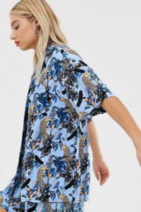 Monki - Blaue Oversize-Bluse mit Dschungelmuster